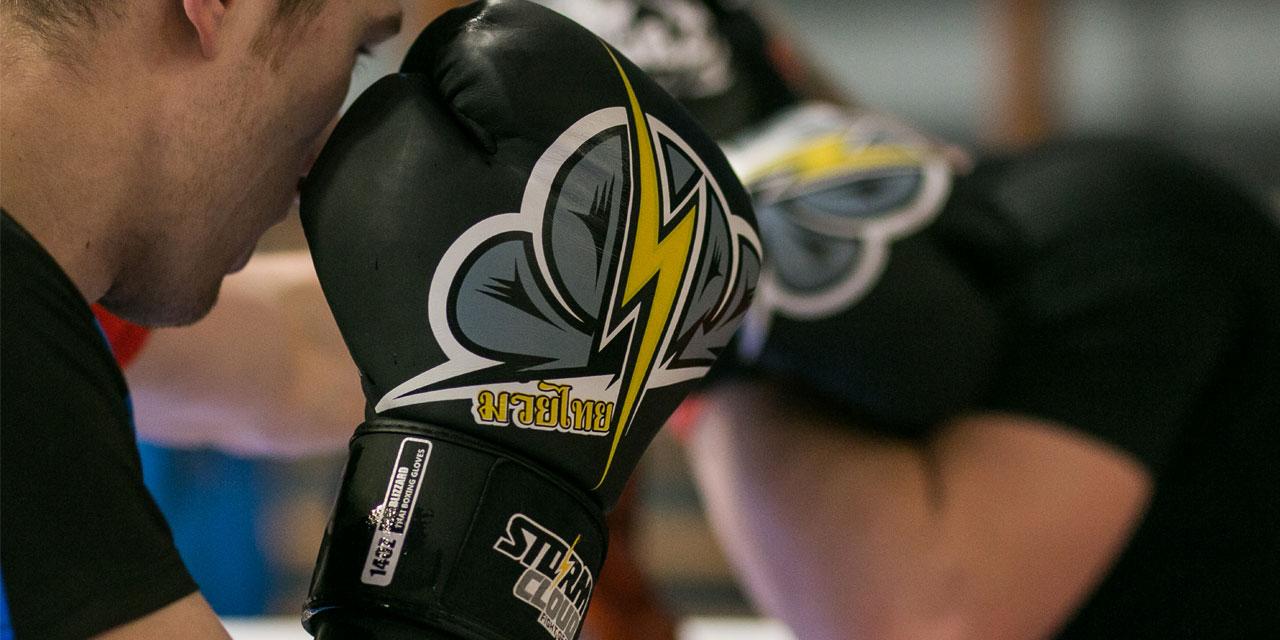 Jak się ubrać i jaki sprzęt wybrać na trening boksu lub muay thai?